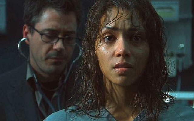 Halle Berry (Miranda Grey) and Robert Downey Jr. (Pete Graham) on 'Gothika'